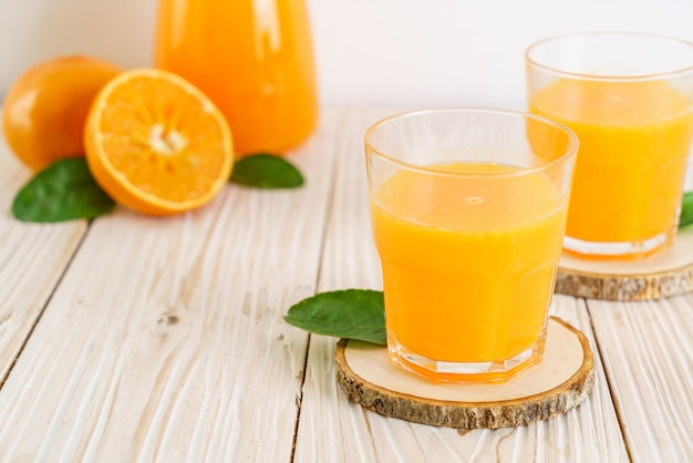 Frischer orangensaft auf holztisch