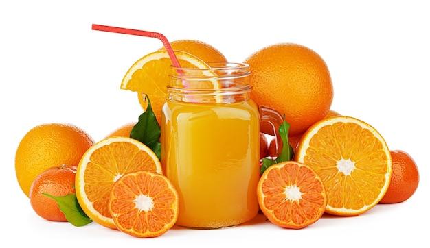 Frischer orangensaft im glas lokalisiert auf weiß