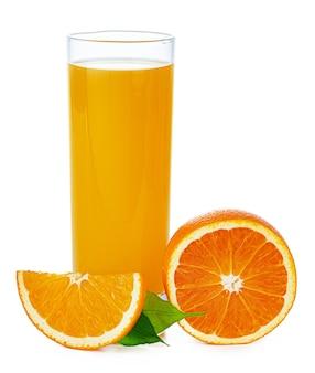 Frischer orangensaft im glas lokalisiert auf weißem hintergrund