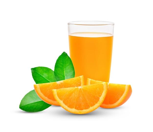Frischer orangensaft mit früchten, lokalisiert auf weiß