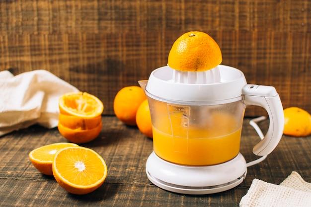 Frischer orangensaft mit manuellem entsafter hergestellt