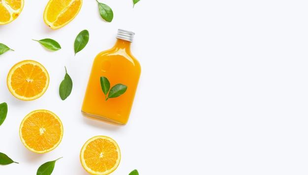 Frischer orangensaft mit orange frucht auf weißem hintergrund.