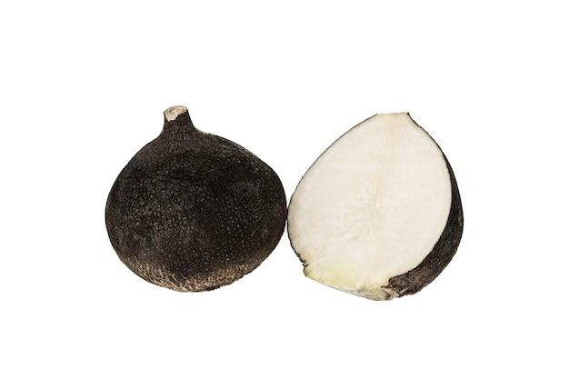 Frischer orgaischer schwarzer rettich isoliert auf einem weißen