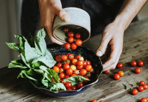 Frischer organischer kirschtomatensalat