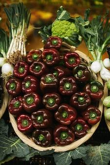 Frischer paprika mit lauch und kohl im korb, der draußen auf dem markt zum verkauf angeboten wird