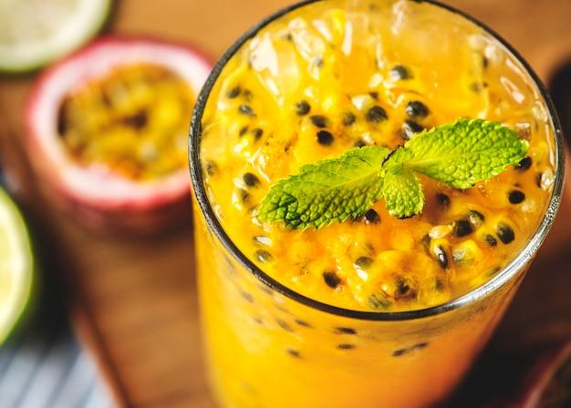 Frischer passionsfrucht-smoothie-makroschuss