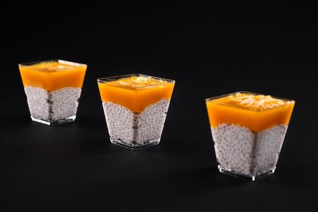 Frischer pudding mit natürlicher bio-sojamilch, chiasamen und mangopüree