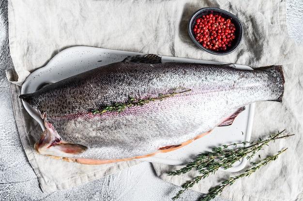 Frischer regenbogenforellenfisch, mariniert mit salz und thymian