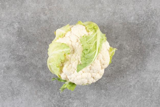 Frischer reifer blumenkohl und grünkohl auf steinoberfläche.