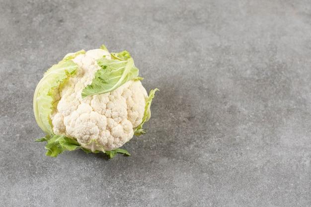 Frischer reifer blumenkohl und grünkohl auf steintisch.