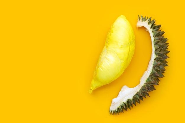 Frischer reifer geschnittener durian auf gelber oberfläche