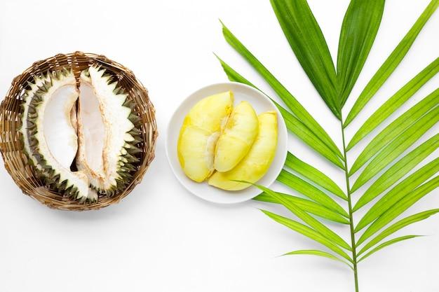 Frischer reifer geschnittener durian auf weißer oberfläche
