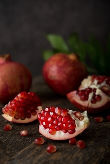 Frischer reifer granatapfel auf einem hölzernen, selektiven fokus