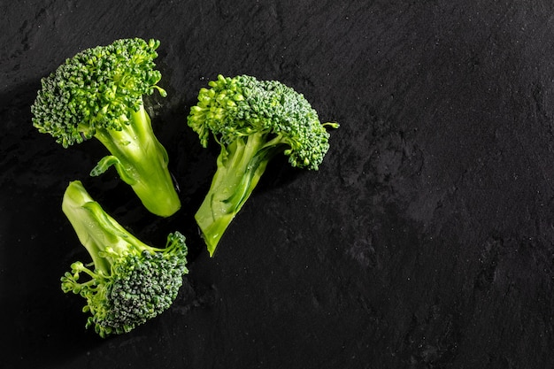 Frischer roher brokkoli (brécol, brócolli, bróqui, broccoli brote, brassica oleracea) mit wassertropfen