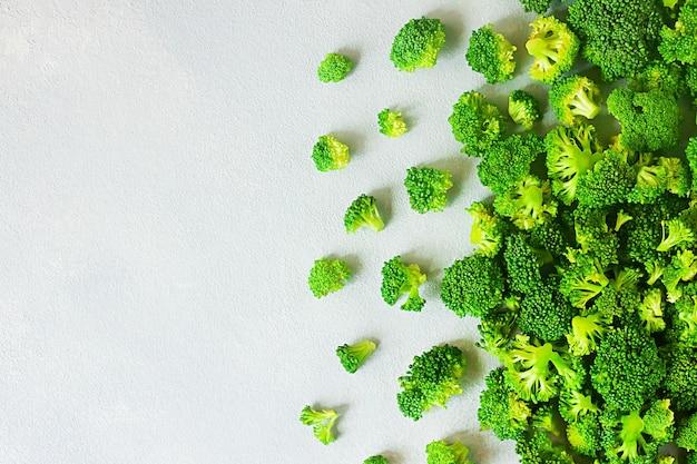 Frischer roher brokkoli mit kopienraum auf grau
