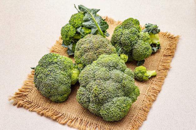 Frischer roher brokkoli. quelle von vitaminen und mineralstoffen