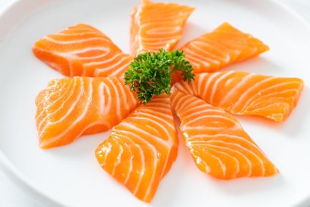 Frischer roher lachs-sashimi - japanische küche