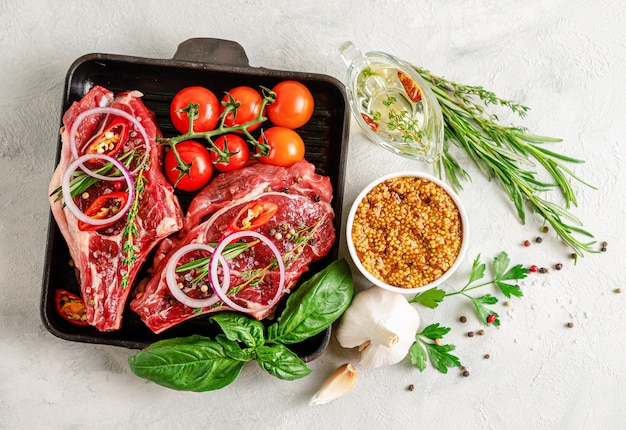 Frischer roher rindfleischknochen mit senfkörnern, würzigem öl, kräutern und gemüse