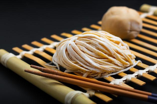 Frischer roher selbst gemachter orientalischer asiatischer, chinesischer eiernudeln des lebensmittels