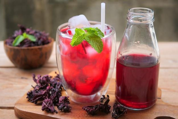 Frischer rosellensaft (gesundes getränk)