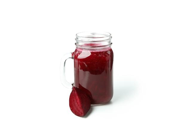 Frischer rote-bete-smoothie isoliert auf weißem hintergrund