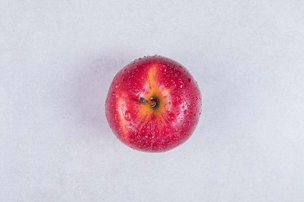 Frischer roter apfel auf weißem hintergrund.