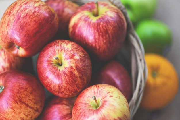 Frischer roter apfel-obstgartenernteapfel im korb sammeln fruchtgarten