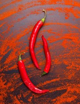 Frischer roter chili pfeffer auf schwarz