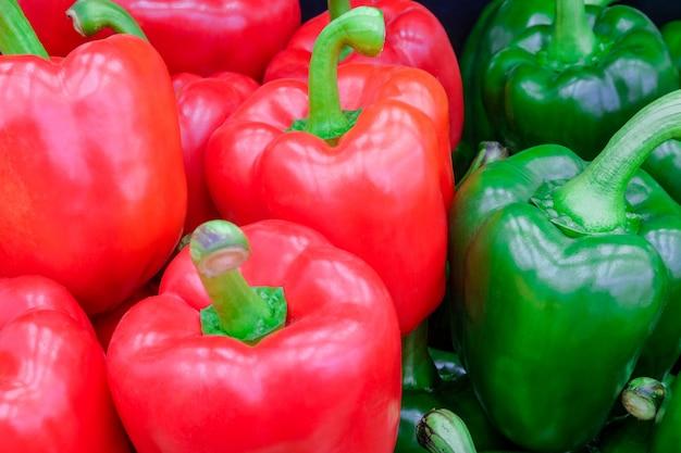 Frischer roter und grüner grüner pfeffer der nahaufnahme (süßer pfeffer oder spanischer pfeffer) auf frischmarkt