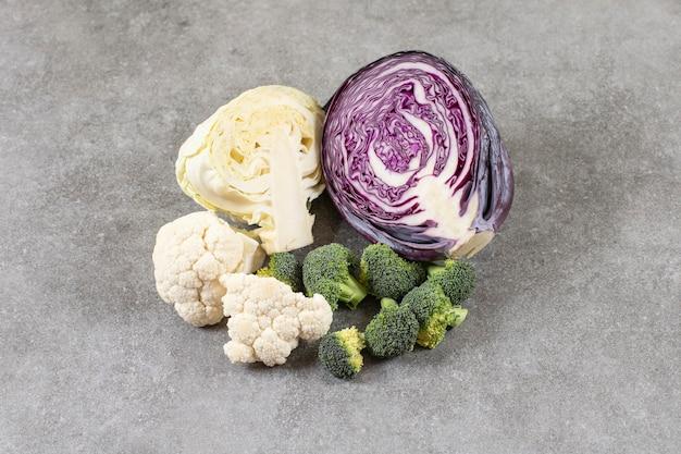 Frischer rotkohl-blumenkohl und brokkoli auf steinoberfläche