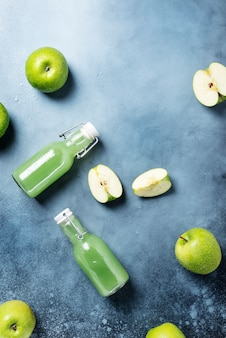 Frischer saft mit grünen äpfeln