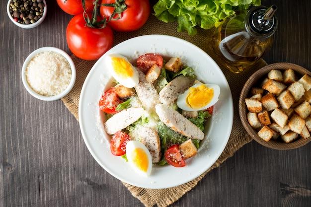 Frischer salat auf holztisch