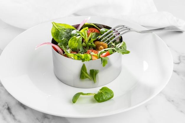 Frischer salat auf weißem teller