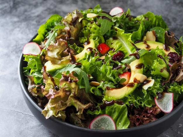 Frischer salat avocado gemischter, gesunder salat, salat mit geschnittener avocado