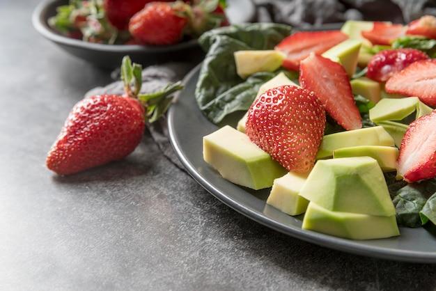 Frischer salat der nahaufnahme mit erdbeeren