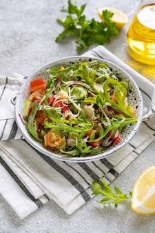 Frischer salat gemischt mit rucola, tomaten, gurken und geriebenem käse