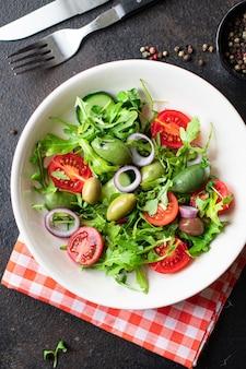 Frischer salat gemüse oliven tomaten gurke salatmischung blätter snack