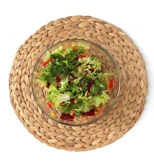 Frischer salat in einer glasschüssel auf dem stand