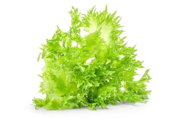 Frischer salat lokalisiert auf weißem hintergrundausschnitt.