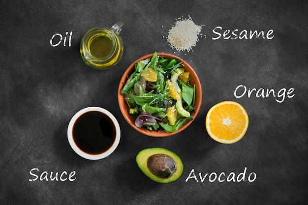 Frischer salat mit avocado und orange