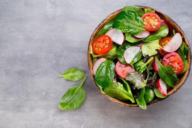 Frischer salat mit babyspinat und tomate, radieschen und salat