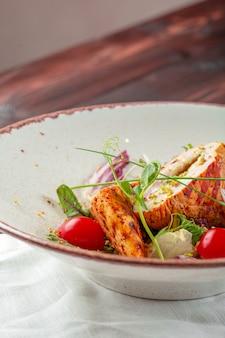 Frischer salat mit der hühnchenbrust auf einer platte
