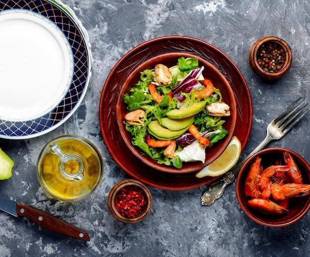 Frischer salat mit garnelen