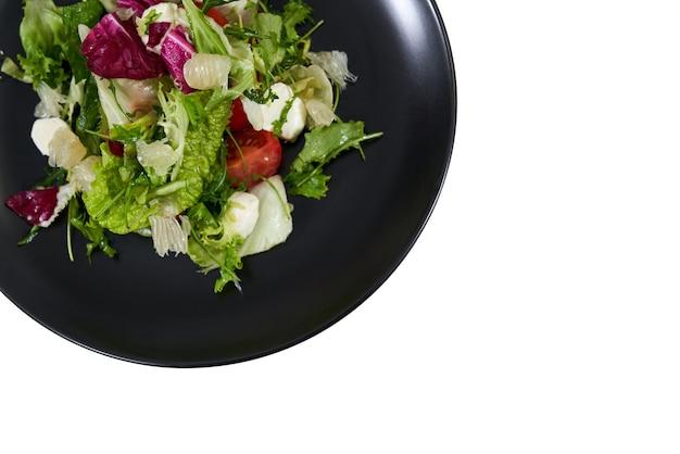 Frischer salat mit gemüse zur gewichtsreduktion