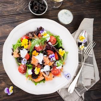 Frischer salat mit geräuchertem lachs