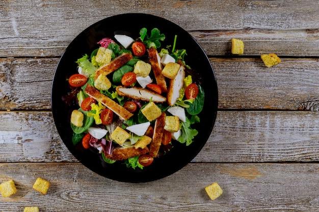Frischer salat mit hähnchenbrust, rucola und tomate. ansicht von oben