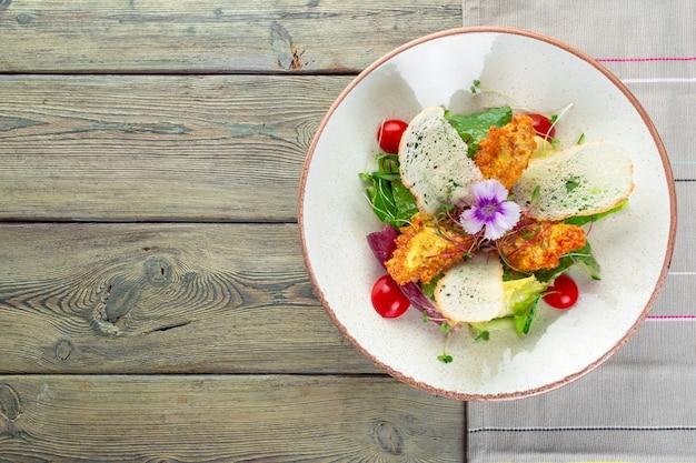Frischer salat mit hähnchenbrust, rucola und tomate
