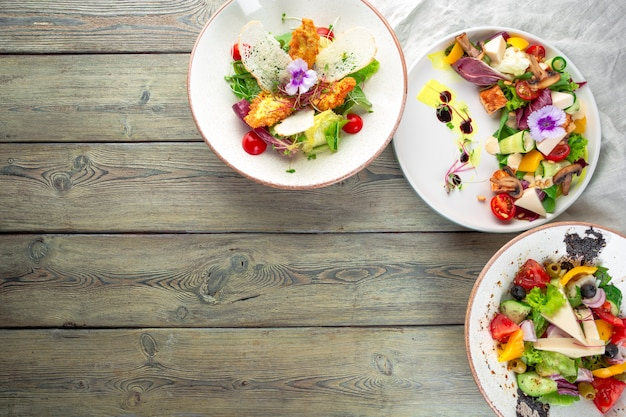 Frischer salat mit hähnchenbrust und tomate