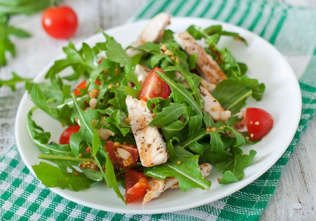 Frischer salat mit hühnerbrust, rucola und tomate