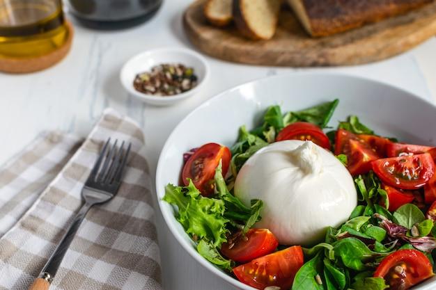 Frischer salat mit italienischem burrata
